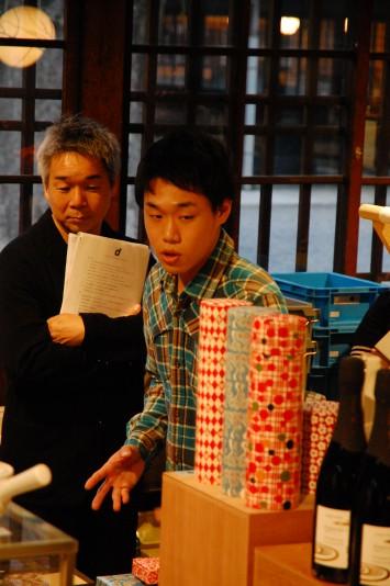 ナガオカケンメイ氏に、鈴木松風堂の和紙を使った和雑貨をプレゼンする山﨑修平(右)さん。鈴木松風堂は紙で筒(紙管)を作ることを発明した創業121年の老舗だ