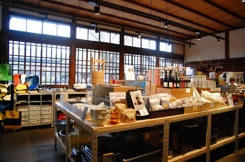 ショップ店内。中央で取り扱っているのが京都のロングライフ商品。小津安二郎監督が作品中で使用した清水焼や、玄米茶発祥のお茶屋の茶葉などのアイテムが並ぶ