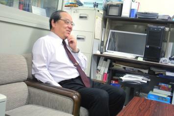 研究内容について語る河井教授