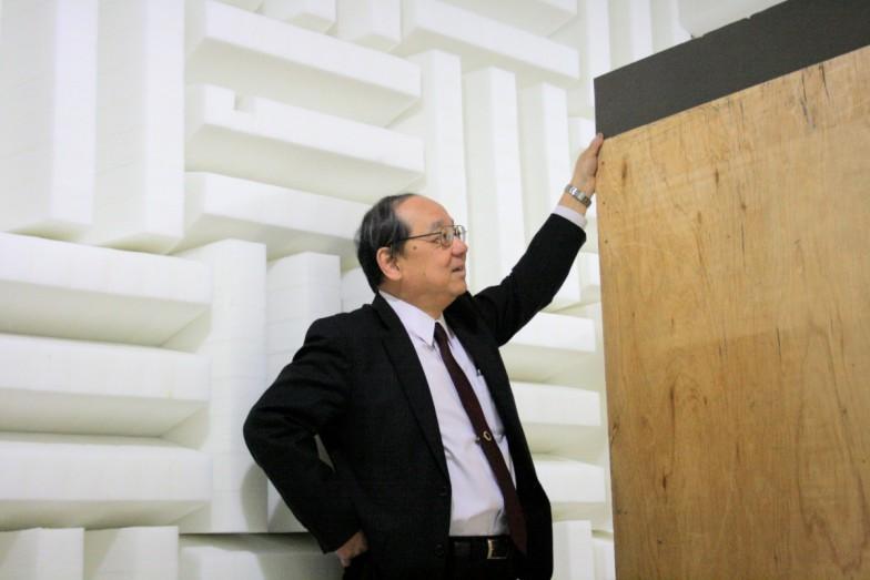 吸音材に囲まれた実験室と河井康人教授。