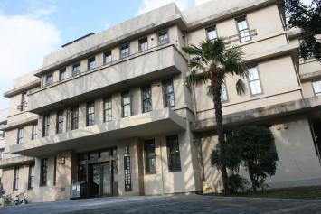 歴史を感じさせる大阪大学総合学術博物館の外観