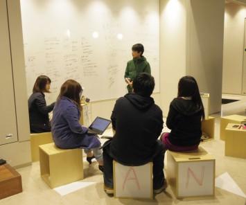 コンコース脇のミーティングスペース。壁一面がホワイトボード