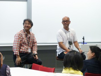 参加者の感想を聞く礒井純充氏(左)と服部利幸教授(右)