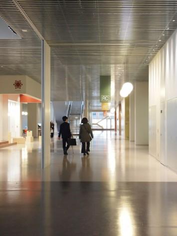 最大長さ200m×幅18m。広々としたコンコース(廊下)も学び合う空間