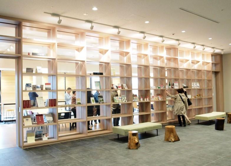 コミュニティ創造プロジェクトの一つ、まちライブラリー@OIC。蔵書0冊からスタートし、参加者が本を持ち寄り本棚を育てていく。会員はすでに200人近くに(2015年6月現在で191名)