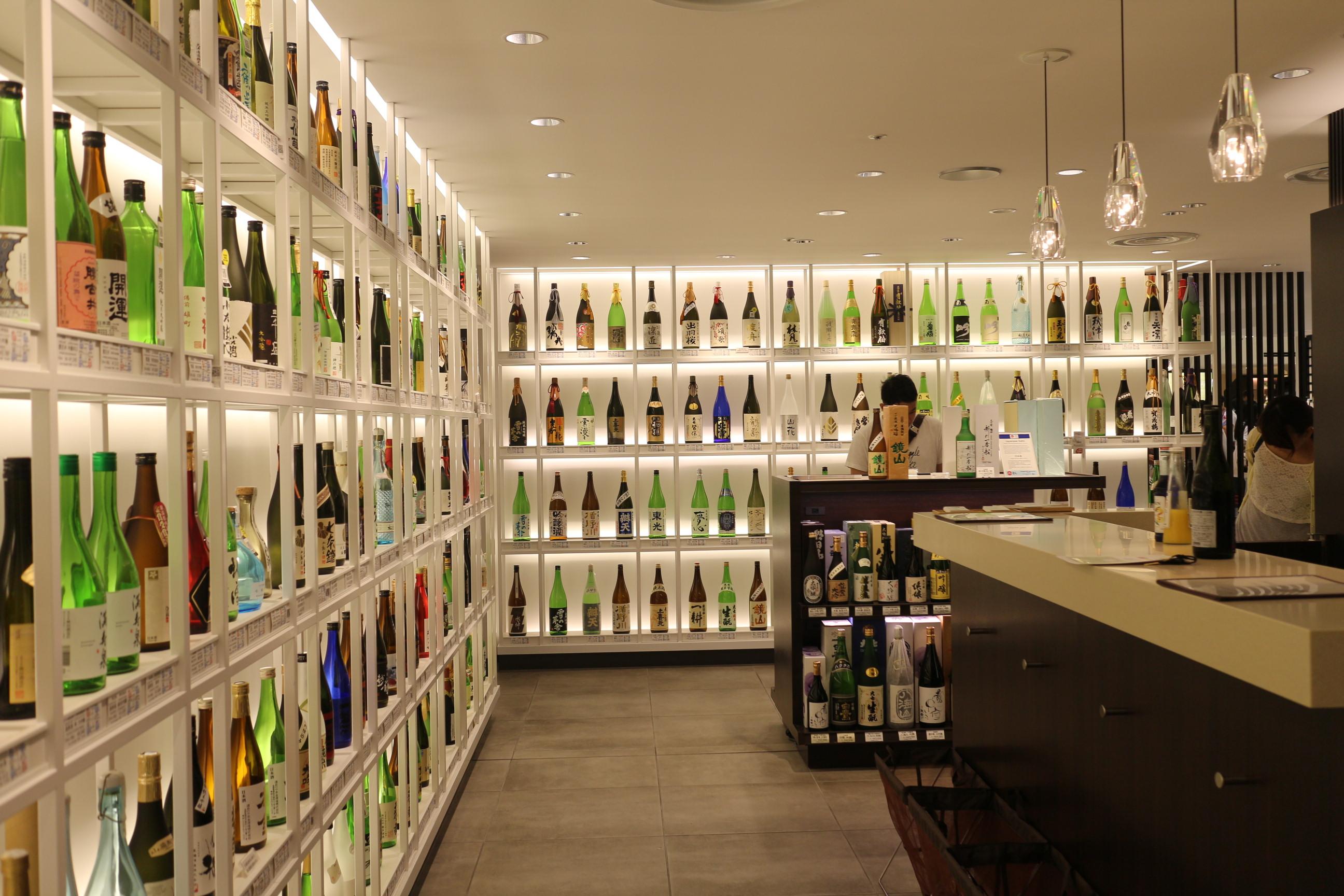 日本酒コーナーの一角にある立ち飲みカウンター