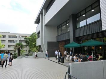 図書館前。学生たちの笑い声や討議の声が聞こえてくる