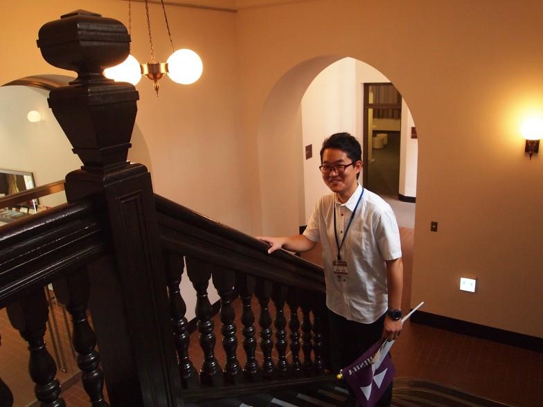 ハリス理化学館の階段。手すりをこすると同志社大学に合格できるらしい?!