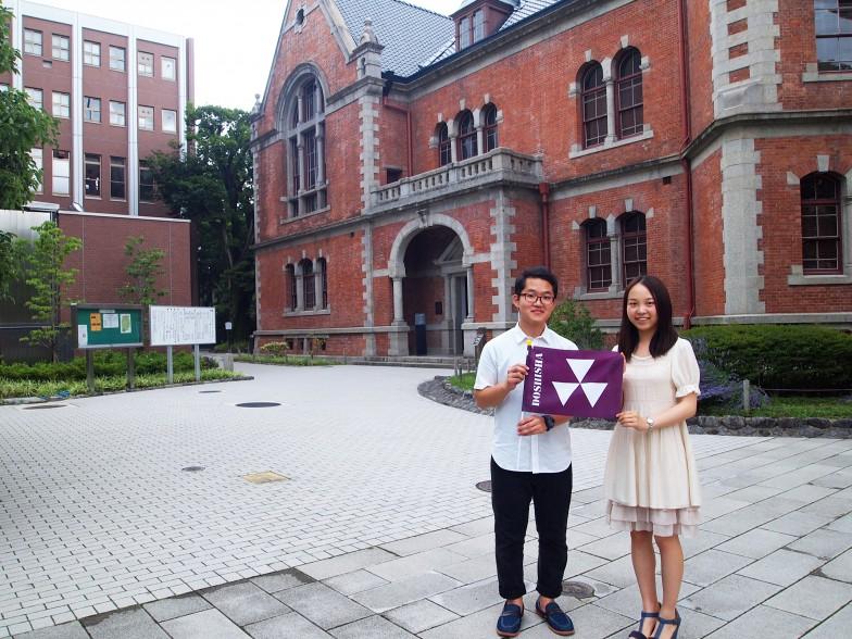 キャンパスツアーガイドの社会学部2回生 長穂智基さん、グローバル地域文化学部3回生 水谷優希さん