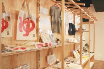 シルクスクリーンや木版画といったさまざまな版画の手法で作られた作品たち