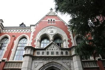 正面玄関の上部に「創立五十年紀念 慶應義塾圖書館」と刻まれている