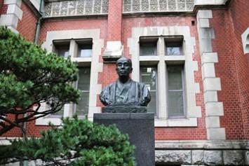 旧館前にある慶應義塾創立者、福澤諭吉の胸像
