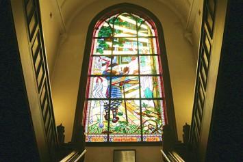 現在のステンドグラスは、1974年に再建されたもの