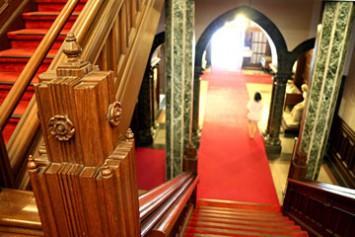 階段の欄干にも美しい装飾が