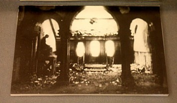 空襲で被災した玄関ホール