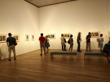幽霊画とは一変して明るい空間の錦絵展示会場