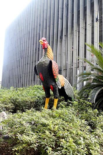 博物館入口には大きな鶏のモチーフが。タイの闘鶏用品種の一つだとか