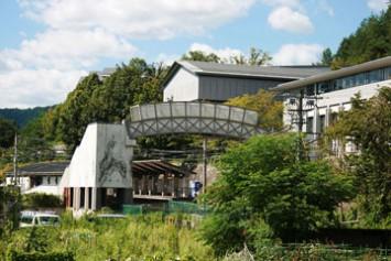 外の席から見える風景。右側に見えるのが京都精華大学のキャンパス