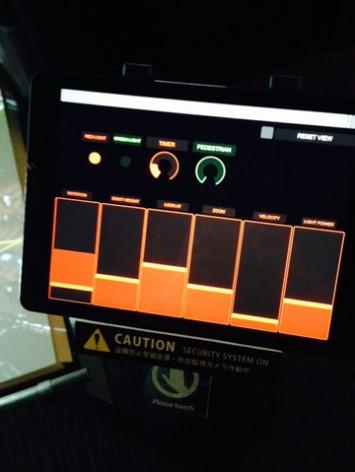 タッチパネルで上のスクリーンの映像を動かせます