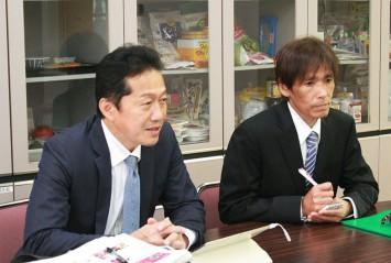 製造に携わるみどり製菓株式会社の翠紀雄社長(左)と同社製造担当の井崎宏治さん(右)