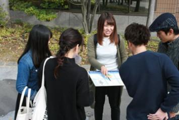 大学祭でラベルについてアンケート調査。道行く人たちは興味津々で答えてくれていた