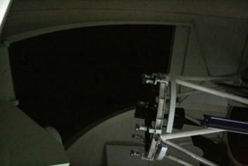 天井の開口部は望遠鏡と一緒に動くしくみ。よけいな光を望遠鏡に入れない工夫の一つ