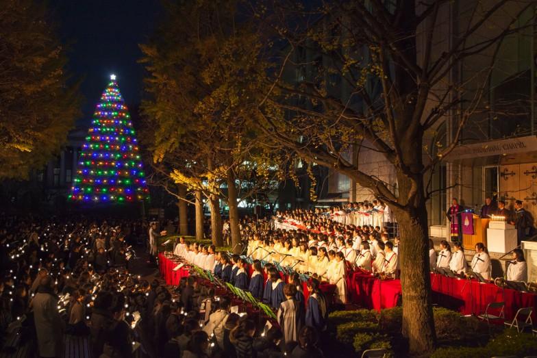 青山学院大学の「クリスマスツリー・点火祭」。美しいツリーをひと目見ようとたくさんの人がキャンパスに集まった。ツリーのライトアップは1月5日(火)まで行われる