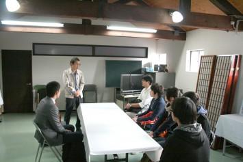 酒蔵に入る前に、今日の作業を説明する招徳酒造社長の木村さん