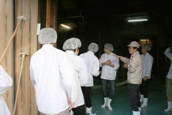 白衣、キャップの装着はもちろん、手洗いや靴の消毒まで入念に行ってから酒蔵へ
