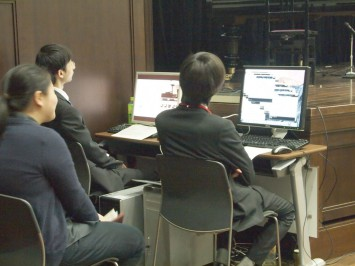 データ収集と映像のパターン変換を担当する学生たち
