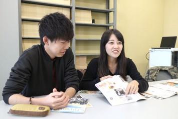 編集長の渡辺さん(右)と佐藤さん(左)