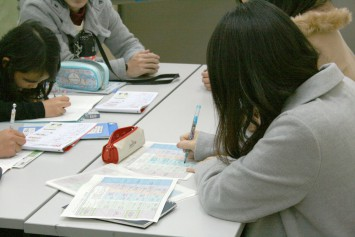 「子どもたちが勉強している横で一緒に作業することが多いです」と小林さん