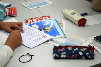 宿題に励む子どもたち。計算ドリル…、懐かしい…!