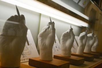 著名な漫画家たちの手の石膏型。無言の迫力がある