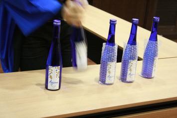 サークルのオリジナル日本酒、「hajime」。日本酒初心者を意識し、アルコールは抑え目。
