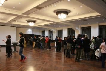 会場の大部分は学生らしき姿で埋まっていました。
