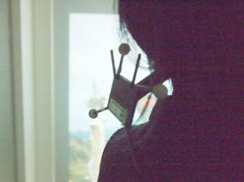 部屋内部にいる人の頭の動きを読み取る機器。