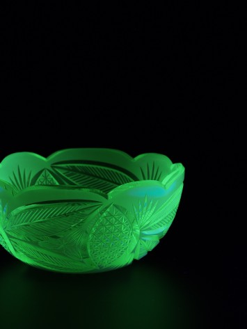 展示されているウランガラスの一部。ブラックライトの光を浴びて妖しく輝きます。:写真撮影 長浜アートセンター 田中仁
