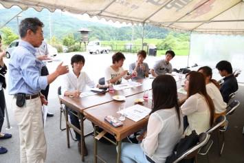 月に数回『見山の郷』を訪れて、施設のスタッフと会議を重ねている学生たち。