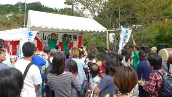 学生たちが司会をした収穫祭は大いに盛り上がった。