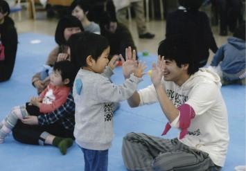 子どもたちと遊ぶ学生たち。子どもたちとの触れあいは、医療の道を志す学生にとっても貴重な学びの場になっている。