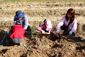 土に触れながら自然の厳しさを実感する学びの場にも