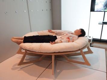 人類進化ベッド。すばらしすぎる寝心地・・・!!(取材のため特別に体験させていただきました。ご来場されても、寝転がれませんのでご注意ください!)