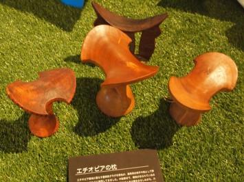 """重田先生のコレクション。腰掛けにもなるエチオピアの""""モバイル""""枕"""