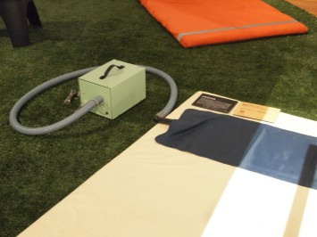 自動起床装置。起床時刻になると、紺色の枕の部分が膨らむ仕掛けになっている