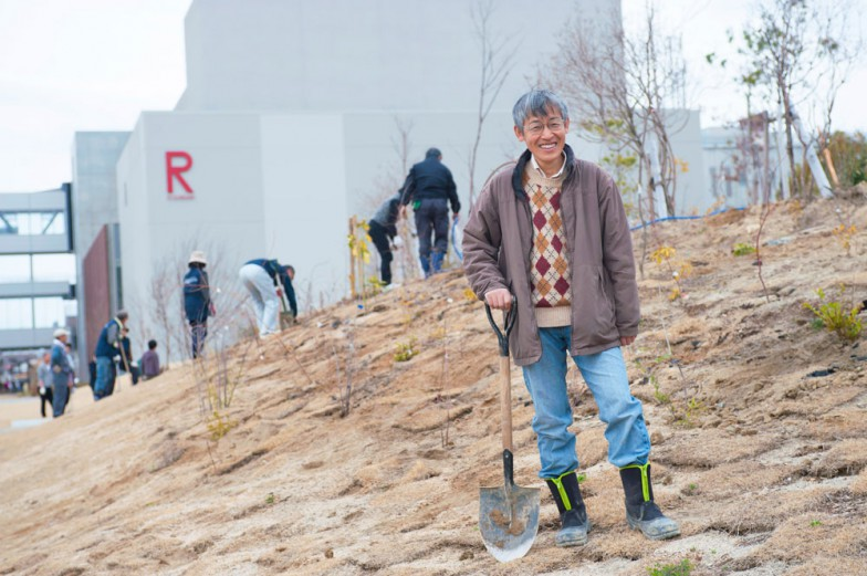 プロジェクトリーダー田中力教授。ご専門は統計学。「育てる里山」エリアをバックに