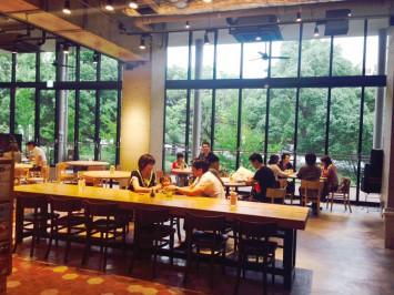 学食らしくないオシャレな雰囲気の武蔵野大学「ロハスカフェARIAKE」