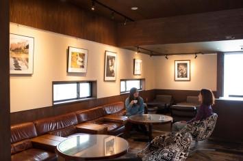京都精華大学「REATA」の内観。のんびりコーヒーを飲むこともできる