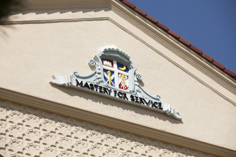 2階の窓の上には、関西学院のスクールモットー「Mastery for Service(奉仕のための練達)」の文字が