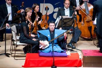三味線を演奏された鶴沢清尤氏。洋楽にも通じる三味線奏者(提供:関西大学広報課)